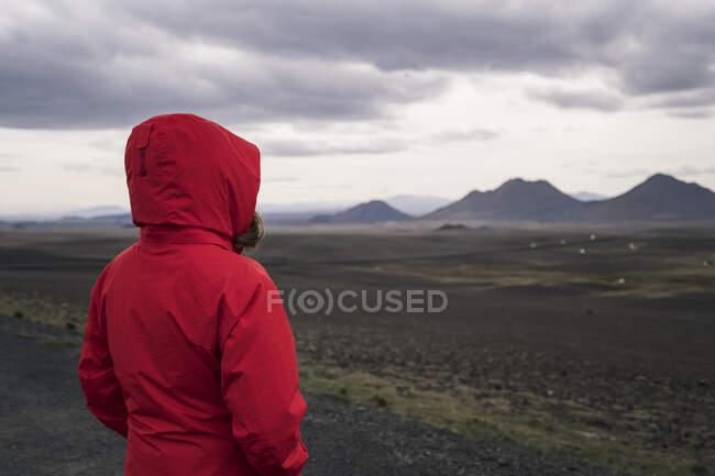 Молода жінка, яка дивиться на гори (Ісландія). — стокове фото