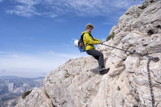Woman mountaineering at Bernia Ridge, Costa Blanca,  Alicante, Spain — Stock Photo