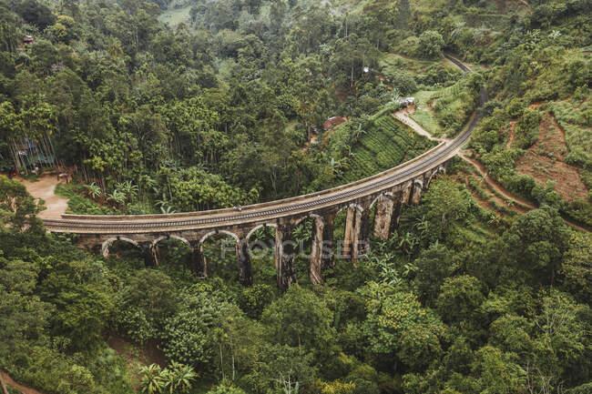 Sri Lanka, Provincia di Uva, Demodara, Veduta aerea del ponte Nove Archi attraverso la verde valle boscosa — Foto stock