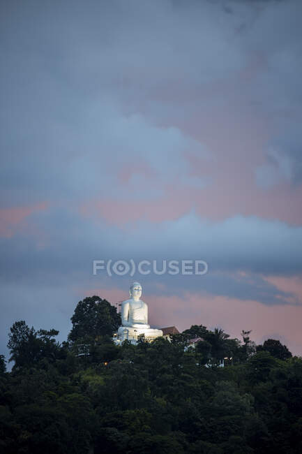 Sri Lanka, Provincia Centrale, Kandy, statua di Buddha del Tempio Bahirawakanda al tramonto — Foto stock