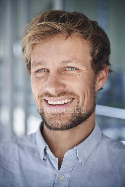 Retrato de hombre de negocios feliz - foto de stock