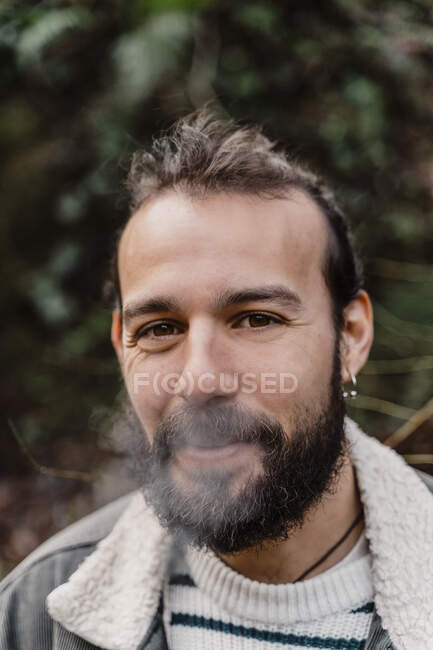 Портрет молодого человека, курение на открытом воздухе — стоковое фото