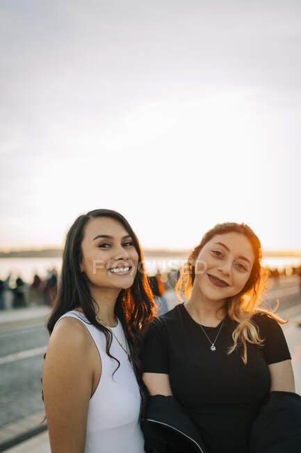 Портрет двох друзів на заході сонця (Лісабон, Португалія). — стокове фото