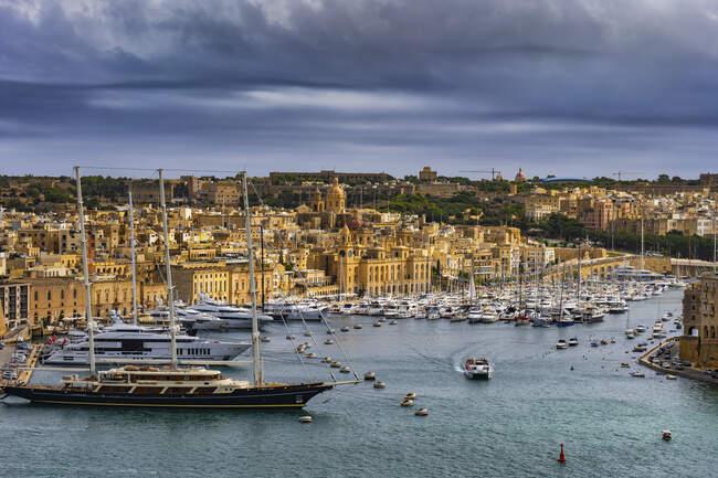 Malta, Birgu, Fort St. Angelo y Vittoriosa Yacht Marina en Grand Harbour - foto de stock