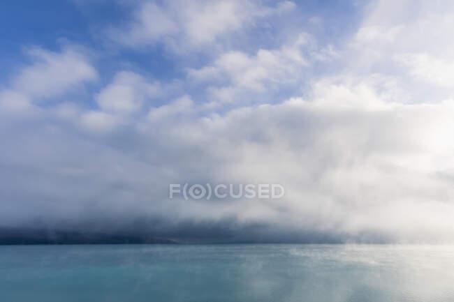 Nuova Zelanda, Oceania, Isola del Sud, Canterbury, Ben Ohau, Nuvole sul lago Pukaki e Alpi meridionali (Alpi neozelandesi) — Foto stock