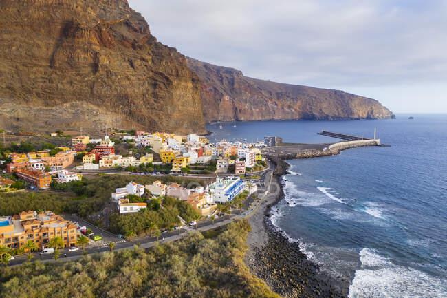 España, Islas Canarias, La Gomera, Valle Gran Rey, Vista aérea de Vueltas y puerto - foto de stock