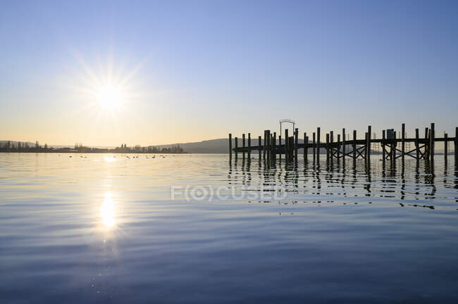 Germany, Baden-Wurttemberg, Constance district, Allensbach, Jetty on Lake Constance at sunset — Stock Photo