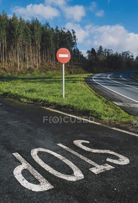 Pista de estacionamento de bicicleta com seta nele — Fotografia de Stock