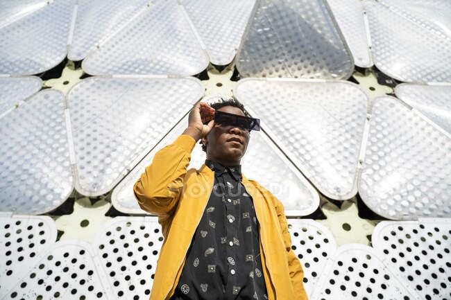 Retrato de hombre maduro con gafas de sol modernas, Barcelona, España - foto de stock