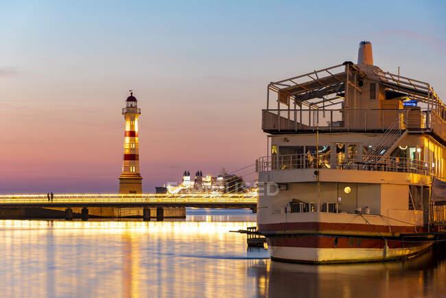 Корабель, пришвартований в річці проти неба в Мальмо (Швеція). — стокове фото