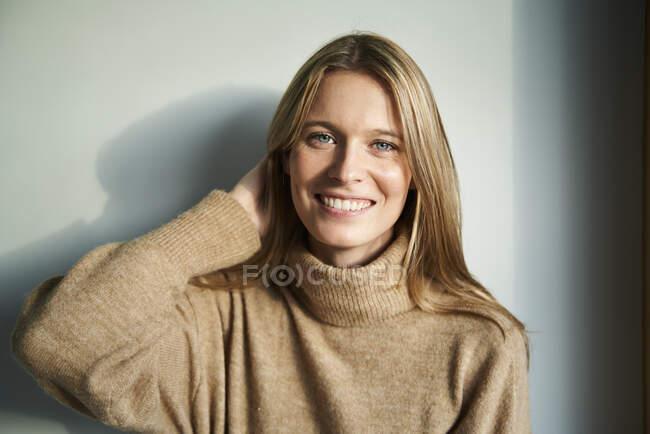 Retrato de una joven rubia sonriente - foto de stock