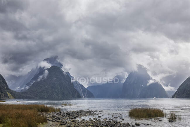 Nueva Zelanda, Oceanía, Isla Sur, Southland, Parque Nacional Fiordland, Mitre Peak y Milford Sound en un día nublado - foto de stock