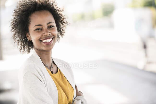 Портрет щасливої молодої жінки. — стокове фото
