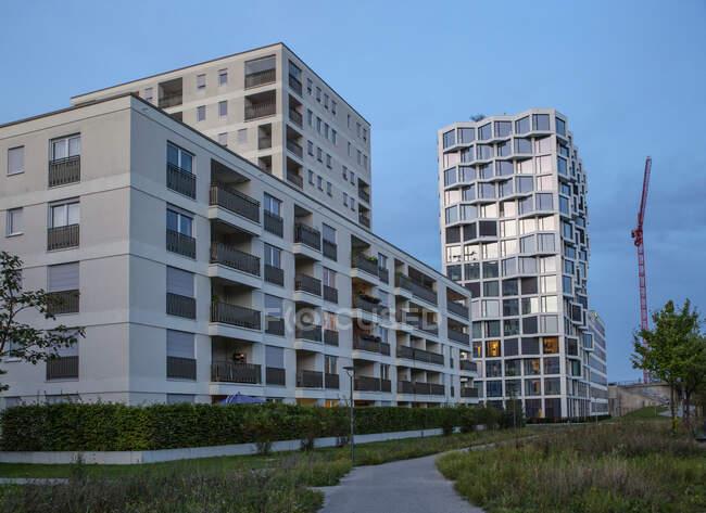 Современные многоэтажные жилые дома вечером, Мюнхен, Германия — стоковое фото