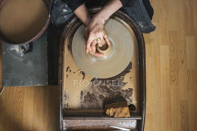 Зверху ви бачите гончаря, який працює на робочому місці. — стокове фото
