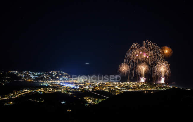 Испания, Гранада, Альмунекар, Иллюминированный город и ночные фейерверки — стоковое фото