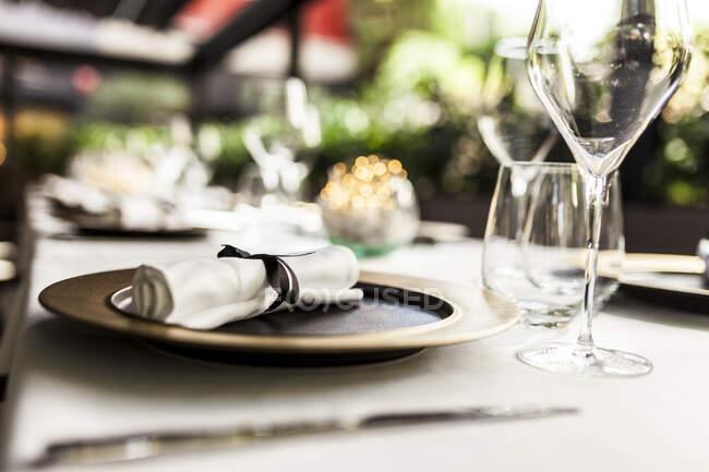 Primer plano de la mesa puesta en un restaurante de lujo - foto de stock