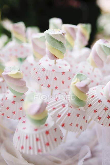 Italia, Primo piano di marshmallow color pastello sul tavolo delle feste — Foto stock