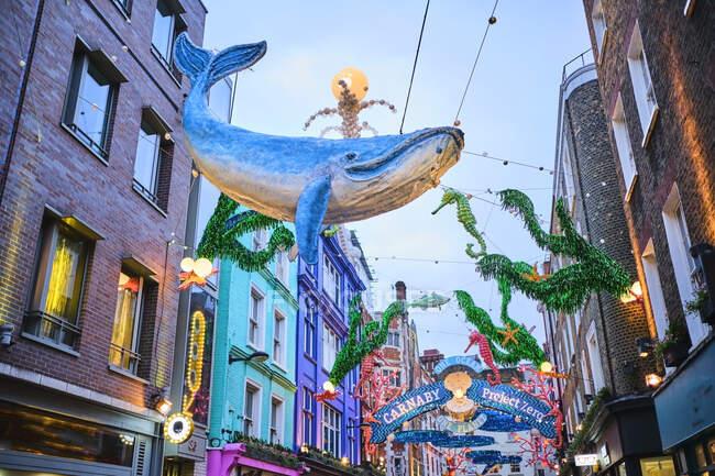 Велика Британія, Англія, Лондон, прикраси Sealife висять на вулиці Carnaby під час благодійної акції з охорони океану. — стокове фото