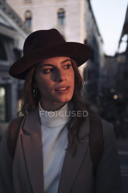 Ritratto di giovane donna a Venezia — Foto stock