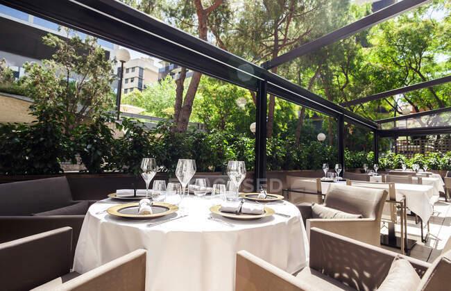 Restaurante elegante terraza interior - foto de stock