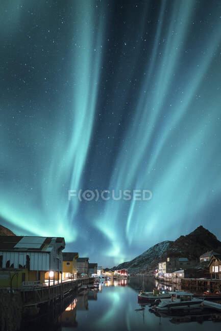 Noruega, archipiélago de Vesteralen, isla de Langoya, Nyksund, auroras boreales sobre pueblo pesquero - foto de stock