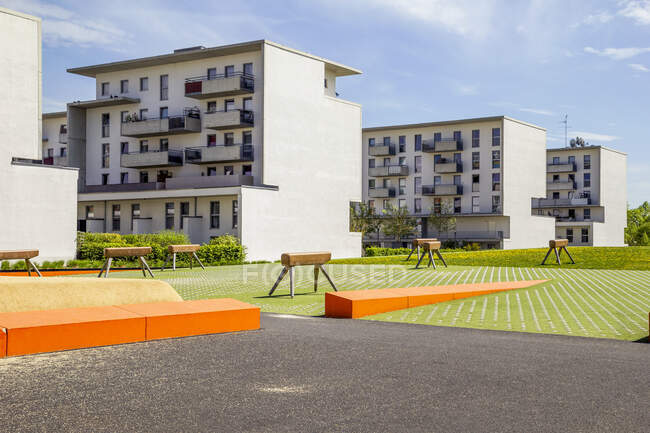 Germany, Bavaria, Munich, Playground with gymnastics vaults in front of residential buildings in Theresienpark — Stock Photo