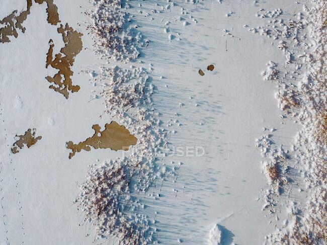 Rusia, Región de Leningrado, Tikhvin, Vista aérea del hielo en el río Tikhvinka en invierno - foto de stock