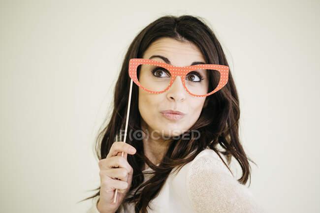 Портрет молодої жінки з комедійними окулярами. — стокове фото