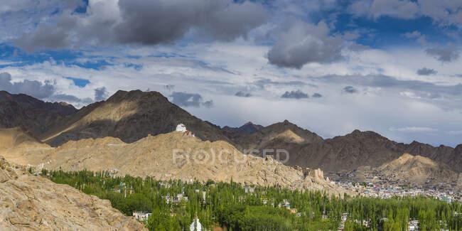 Индия, Джамму и Кашмир, Ладакх, монастырь Намгьял Цемо Гомпа на холме Цэнмо, вид на Лех — стоковое фото