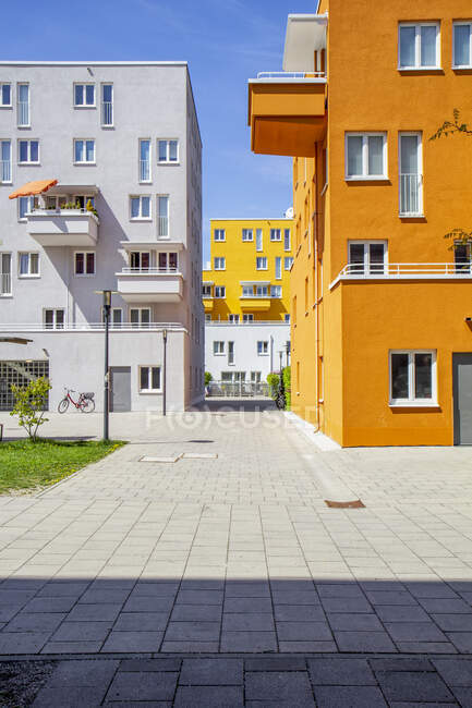 Germany, Bavaria, Munich, Pavement in front of apartment buildings in Theresienpark — Stock Photo