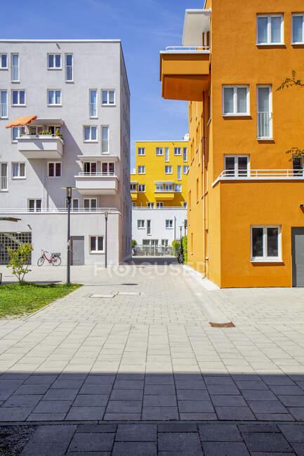 Allemagne, Bavière, Munich, Pavé en face des immeubles d'appartements à Theresienpark — Photo de stock