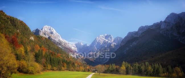 Eslovenia, Vista panorámica del valle del otoño en el Parque Nacional de TriglavNational - foto de stock