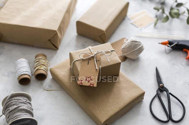 Бумага с подарочными коробками на белом фоне — стоковое фото