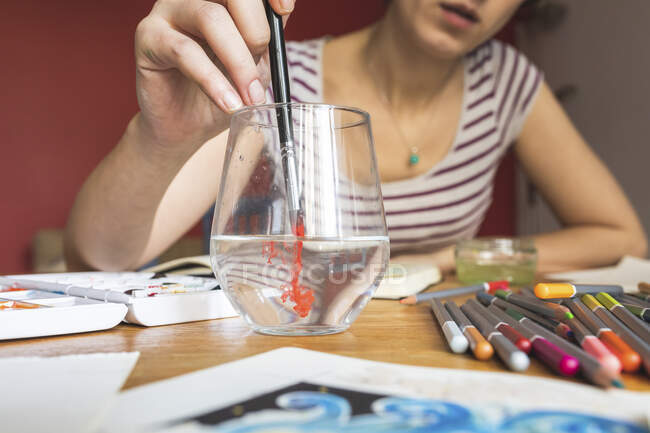 Woman painting with watercolours — Stock Photo