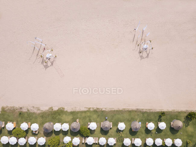 Indonesia, Bali, Nusa Dua, Veduta aerea di file di ombrelloni sulla spiaggia — Foto stock
