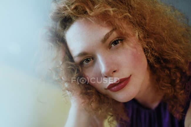 Retrato de mulher ruiva olhando para a câmera — Fotografia de Stock