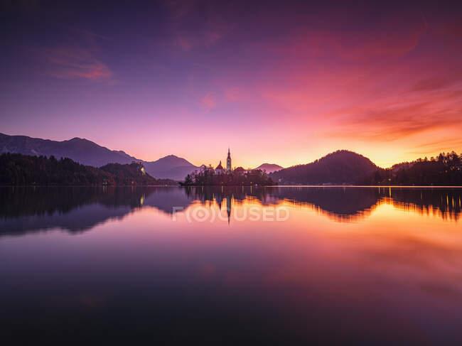 Словенія, Блед, довгий час перебування на озері Бледі на примхливому сході сонця — стокове фото