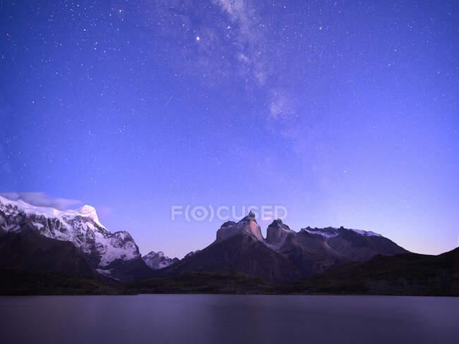 Chili, UltimaEsperanza Province, Voie lactée galaxie sur ciel violet au-dessus du lac Nordenskjld et Cuernos del Paine au crépuscule — Photo de stock
