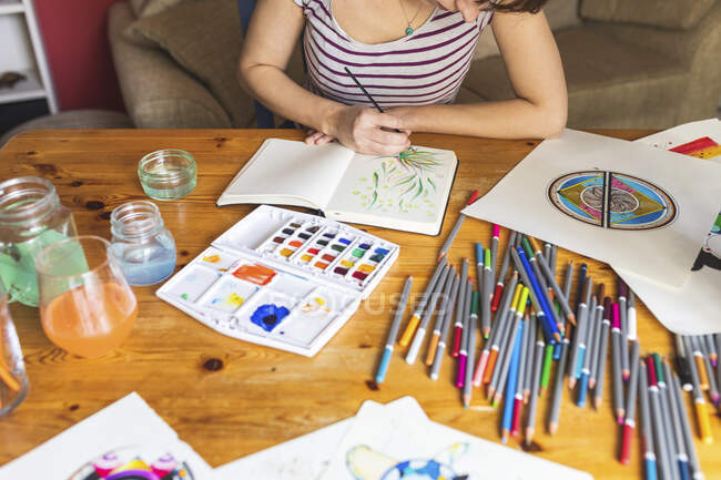 Crop view of woman painting with watercolours — Stock Photo