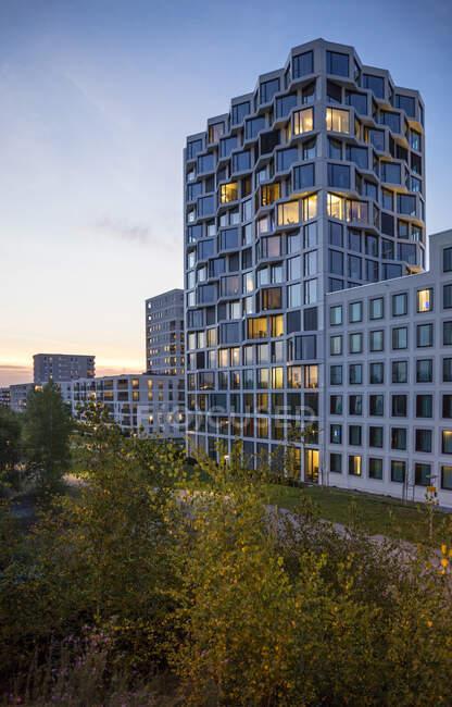 Сучасний висотний житловий будинок ввечері, Мюнхен, Німеччина. — стокове фото