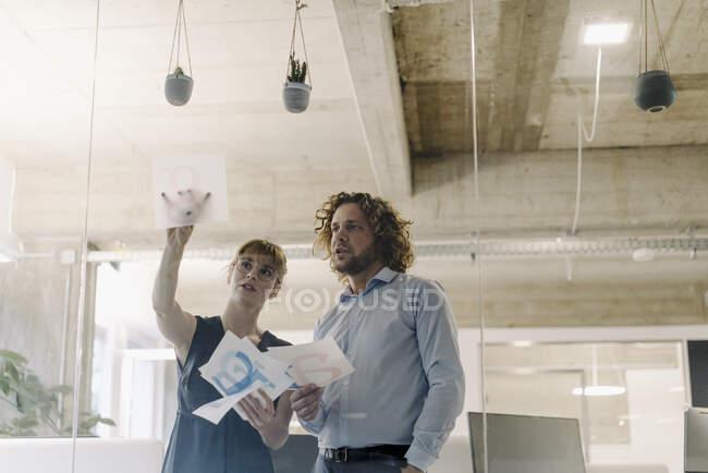 Бізнесмен і бізнесмен працюють над проектом в офісі — стокове фото