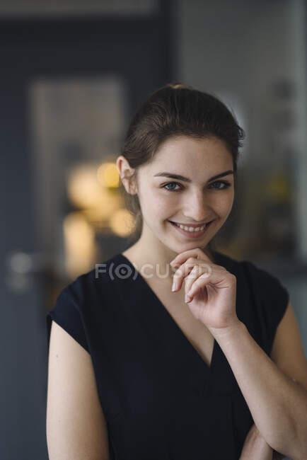Портрет щасливої молодої жінки — стокове фото