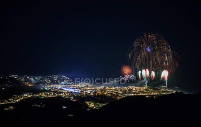 Spagna, Granada, Almunecar, Città illuminata e fuochi d'artificio di notte — Foto stock