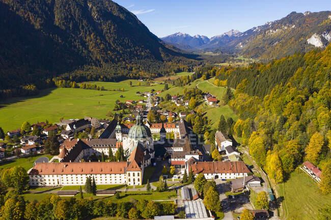 Alemania, Baviera, Alta Baviera, Vista aérea de la abadía de Ettal - foto de stock