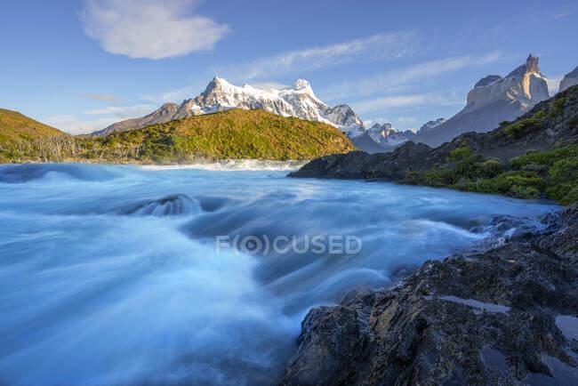Чили, провинция Ультимаэсперанса, живописный вид на водопад Сальто-Гранде с Куэрнос-дель-Пайне на заднем плане — стоковое фото