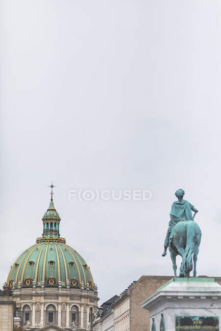 Dänemark, Kopenhagen, Reiterstandbild Friedrich V. mit der Frederiks-Kirche im Hintergrund — Stockfoto