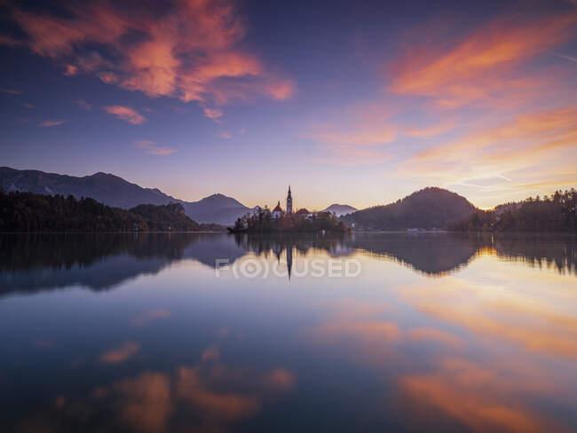 Словенія, Блед, довготривалий вплив озера Бледі на світанку — стокове фото