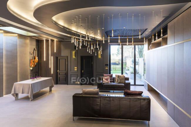 Интерьер гостиной в роскошной собственности, Лондон, Великобритания — стоковое фото