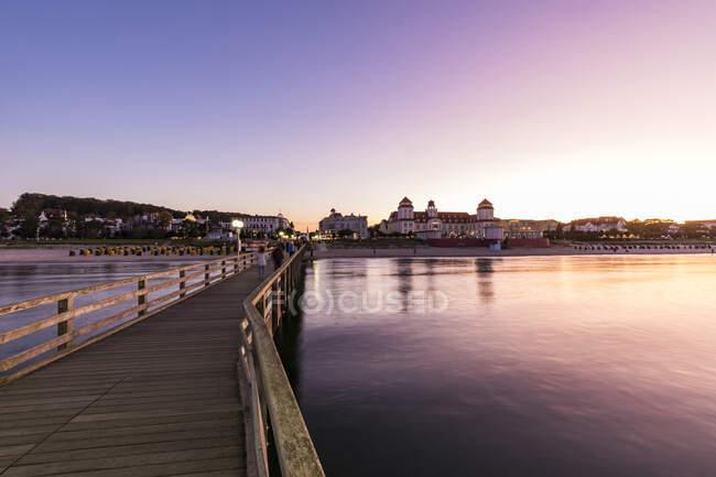Germany, Mecklenburg-West Pomerania, Rugen Island, Binz, Ostseebad, Pier and sea at sunset — Stock Photo
